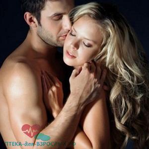 Фото девушку блондинку страстно обнимает парень