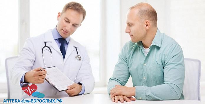 Мужчина слушает врача уролога