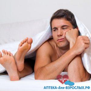 Фото парень грустный лежит под одеялом