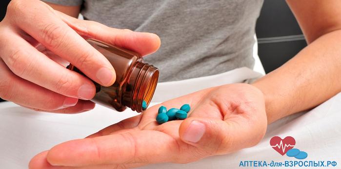 Рука с таблетками от преждевременной эякуляции
