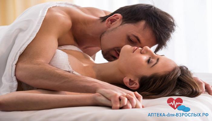 Мужчина страстно целует девушку под действием Viardo Forte