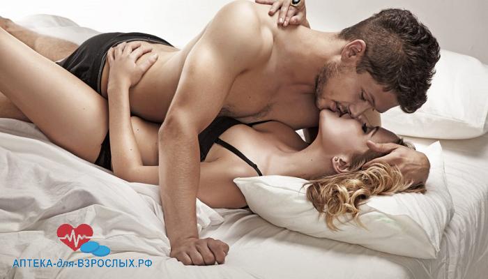 Влюбленная пара на кровати под действием Дапоксетина