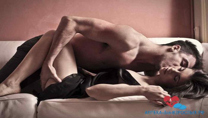 Возбужденный мужчина на диване с женщиной под действием Либедора