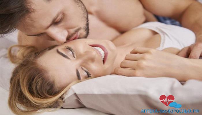 Возбужденный мужчина с блондинкой на кровати под действием Эргоса