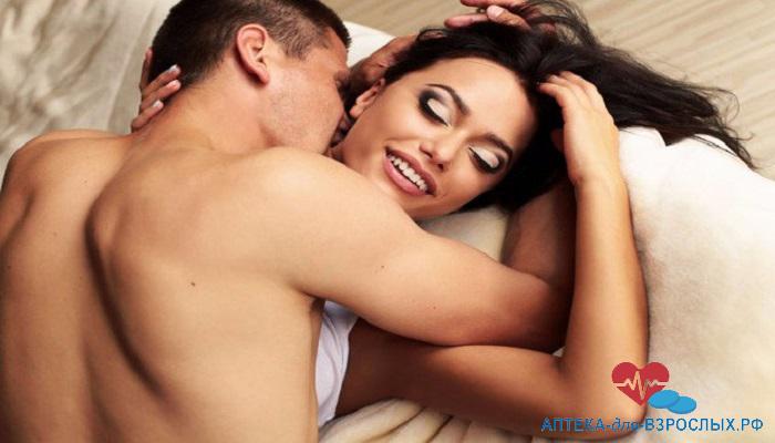 Возбужденный мужчина с брюнеткой в постели под действием Тестогенона