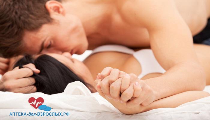 Возбужденный мужчина с девушкой в постели под действием средств для потенции