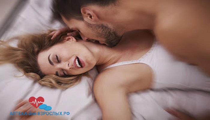 Возбужденный мужчина с девушкой на кровати под действием Пенегры