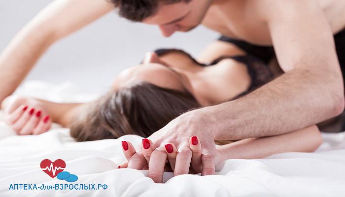 Возбужденный мужчина с женщиной на кровати под действием Потенциал Форте