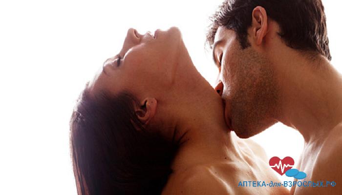 Мужчина целует девушку в шею под действием Спрея М-16