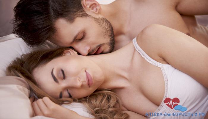 Возбужденный парень целует девушку в шею под действием Таксиер