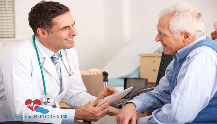 Врач ведет беседу с пожилым пациентом