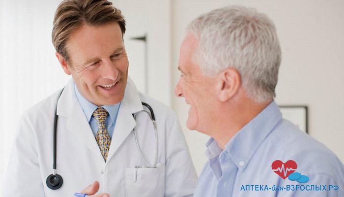 Врач общается с пожилым пациентом