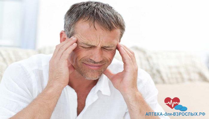 Головная боль у мужчины из-за аллергии на компоненты БАДа