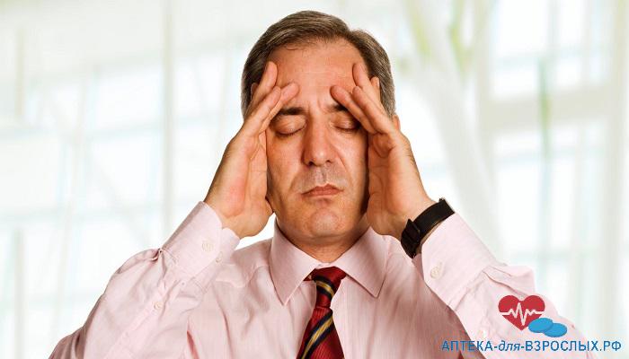Головные боли у седоволосого мужчины от неправильного приема препарата