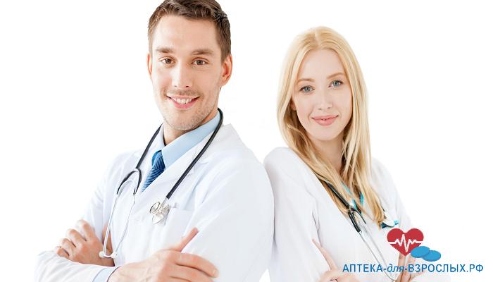 Фото двое молодых врачей стоят спина к спине