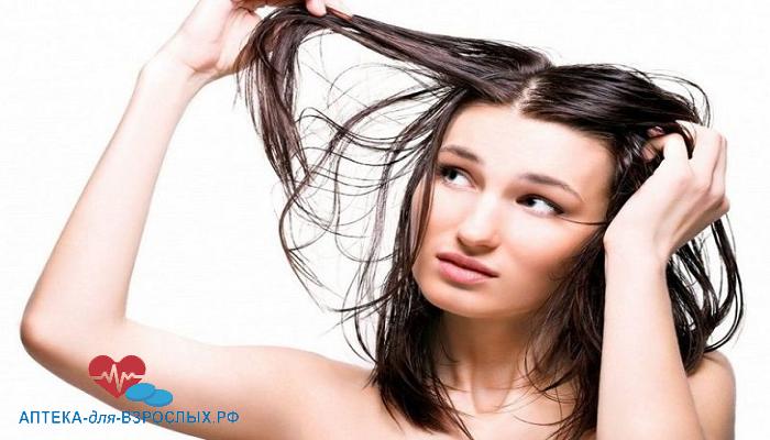 Фото девушка смотрит на свои редкие волосы