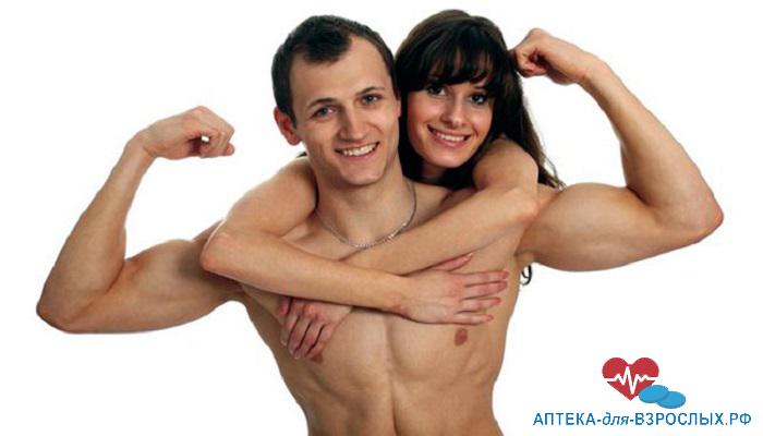 Довольный мужчина с голым торсом со своей девушкой