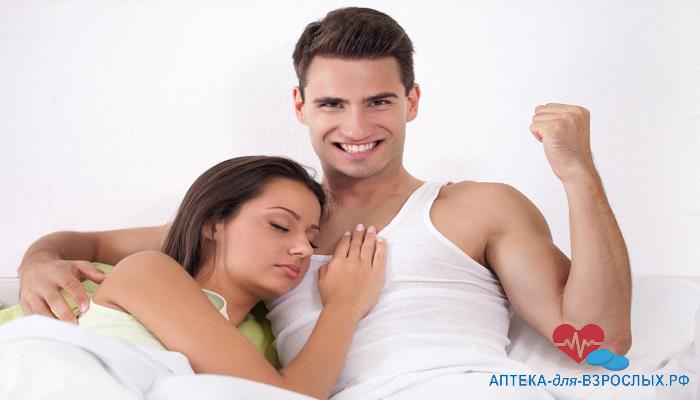 Довольный парень в постели с девушкой