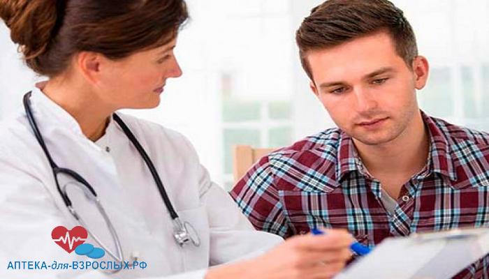 Женщина-врач показывает пациенту диагноз