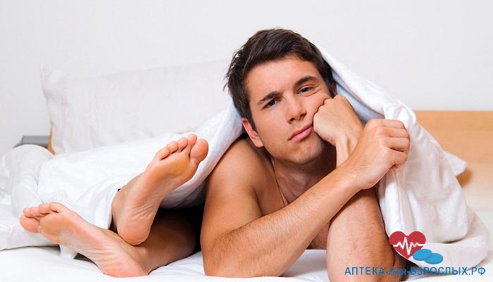 Задумчивый мужчина в постели с девушкой