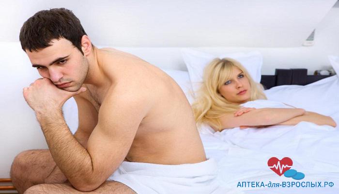 Задумчивый мужчина с грустной девушкой на кровати