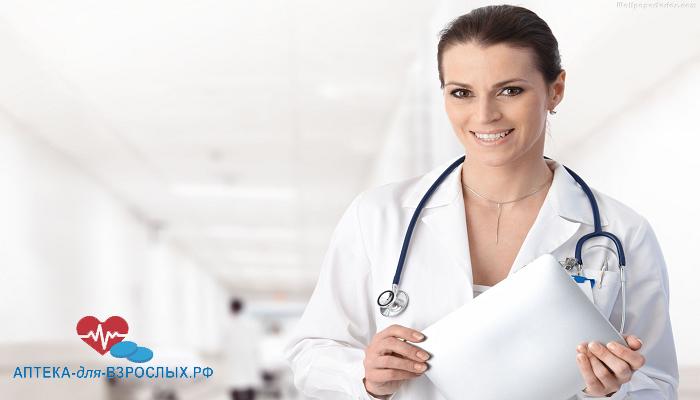 Красивая девушка-врач с планшетом в руках