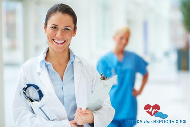 Молодая девушка-врач со своей коллегой