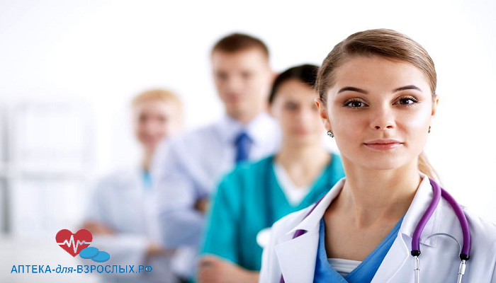 Молодая девушка-врач со своими коллегами