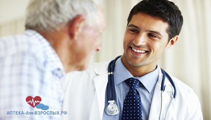 Молодой врач общается с пожилым пациентом