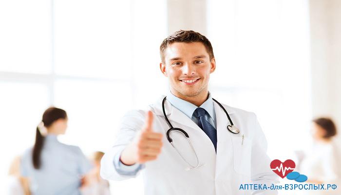 Молодой врач показывает большой палец вверх