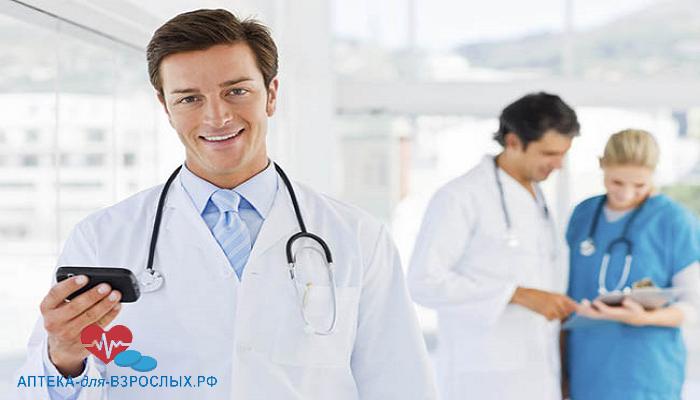 Молодой врач со своими коллегами