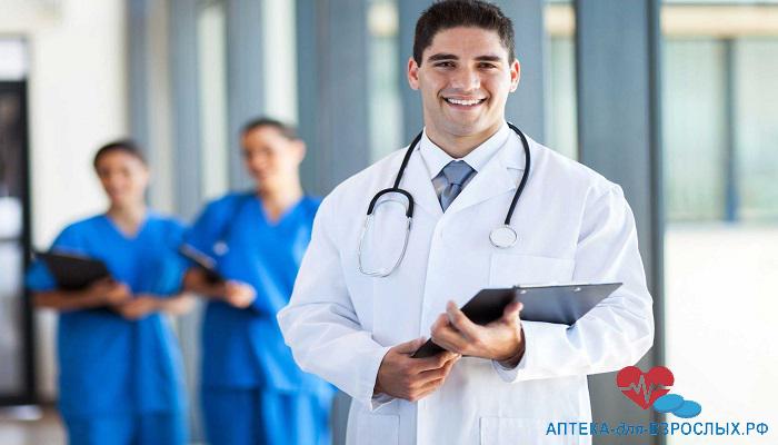 Молодой врач с папкой в руках