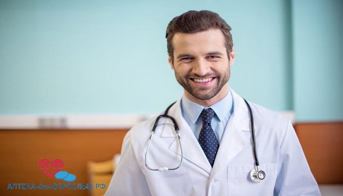 Молодой врач с щетиной на лице