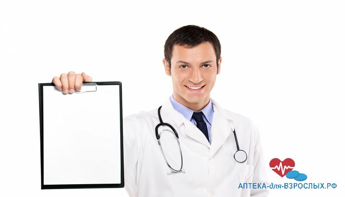 Молодой доктор с планшетом в руках