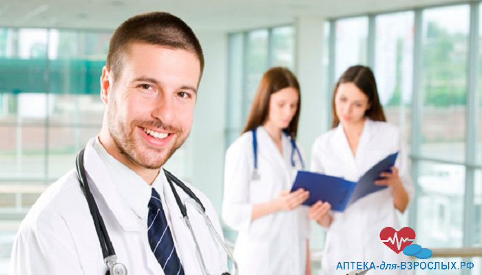 Молодой мужчина врач со своими коллегами
