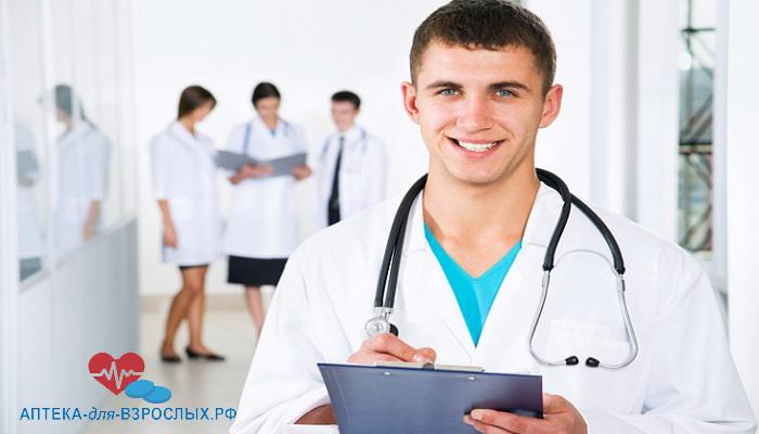 Молодой мужчина-врач со своими коллегами