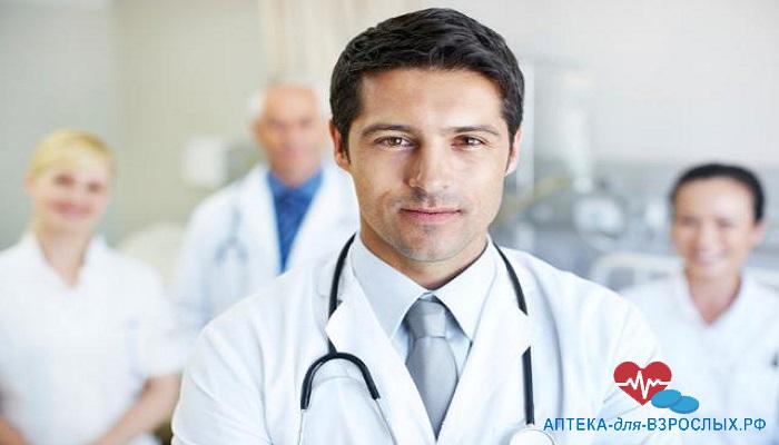 Фото молодой мужчина-врач с коллегами