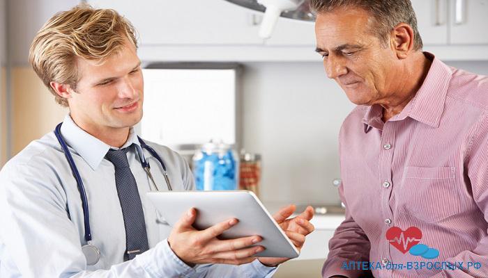 Молодой мужчина-врач с пожилым пациентом