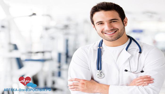 Молодой улыбающийся врач в больнице