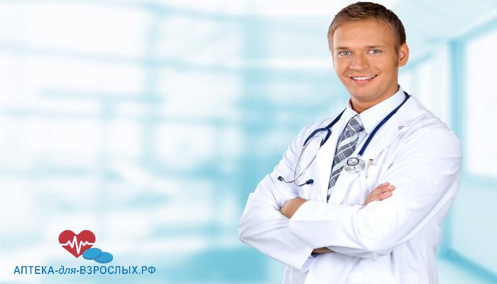 Фото молодой улыбающийся мужчина-врач