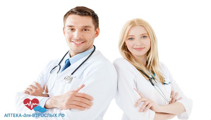 Молодые врачи стоят спина к спине