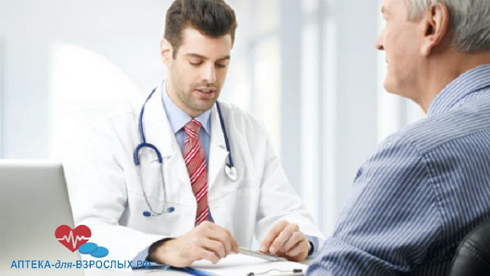 Мужчина-врач ведет диалог с пациентом