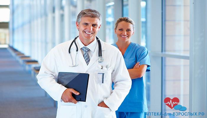 Мужчина-врач вместе со своей коллегой в клинике