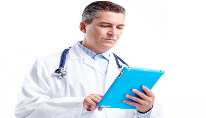 Мужчина-врач с голубым планшетом в руках