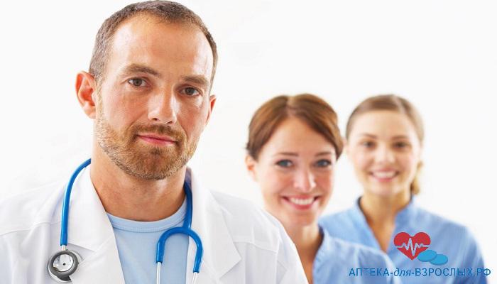 Мужчина-врач с двумя симпатичными коллегами