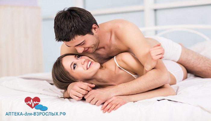 Мужчина в кровати с женщиной под действием Олмакс Стронга
