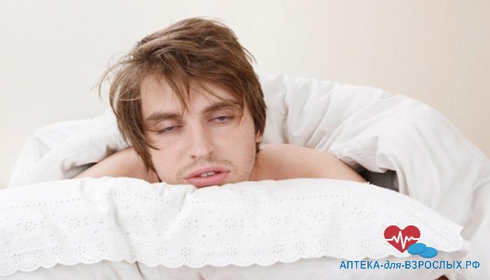 Мужчина в постели с плохим самочувствием из-за неправильного использования препарата
