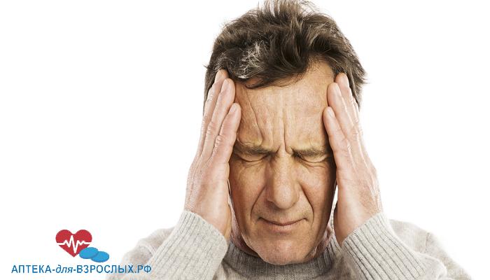 Мужчина держится за голову из-за передозировки препаратом