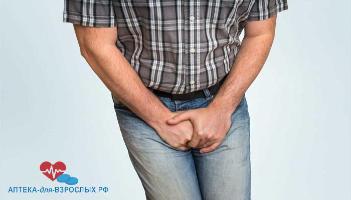 Мужчина держится за паховую область из-за симптомов простатита