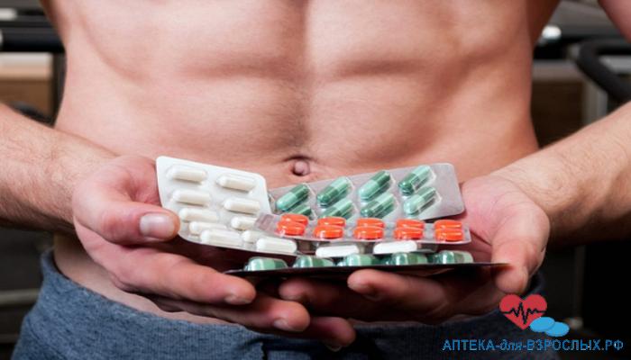 Мужчина держит таблетки в руках